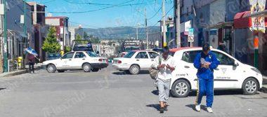 Taxistas de Calpulalpan cierran calles para exigir respeto a la base de transporte público