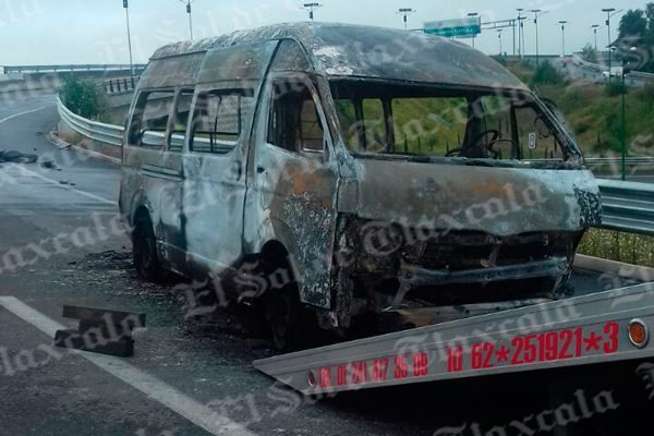[Video] Choca y se incendia camioneta colectiva en el Libramiento Tlaxcala