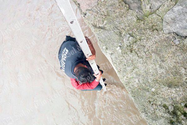 Policías capitalinos rescatan con vida a un hombre que cayó al río Zahuapan
