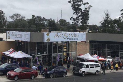 Pastelería Segovia se ubica en avenida Ocotlán, local 12-B, Col. Industrial, Santa Ana Chiautempan, Tlaxcala, frente al Cobat 01