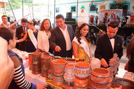 El alcalde dijo que la presencia de los artesanos en esta feria fue una forma de reconocer el esfuerzo de los pequeños comerciantes que mantienen viva la industria artesanal