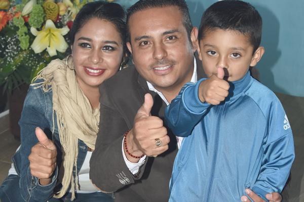 En Nopalucan fue realizada la apertura de la segunda tienda deportiva de Star Club. En la foto, el alcalde Jaime Herrera Vara con su esposa e hijo en el acto inaugural de la tienda deportiva Star Club. / Everardo NAVA