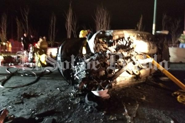 Aparatoso accidente vehicular deja al menos dos calcinados en Puebla