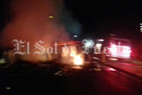 Auto choca y se incendia en Puebla; hay dos muertos
