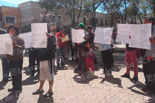 Se manifiestan pobladores de Tetlanohcan en Palacio de Gobierno