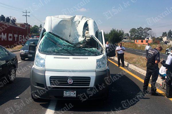 Se le salen llantas a camión en  marcha y provocan accidente