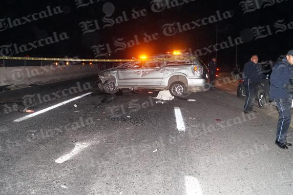 De acuerdo con testigos, la conductora de la camioneta Town Country perdió el control del volante y se impactó contra el muro de contención, lo que provocó que la unidad diera varios giros y dos de sus ocupantes salieran proyectadas, lo que les provocó la muerte. / Manuel MORALES