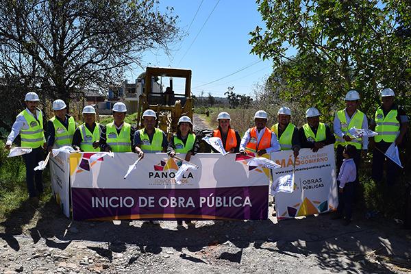 El alcalde Eymard Grande Rodríguez dio el banderazo de inicio de obras de adoquinamiento y drenaje en la colonia Emiliano Zapata y en la comunidad de San Francisco Temetzontla. /Ruth PADILLA