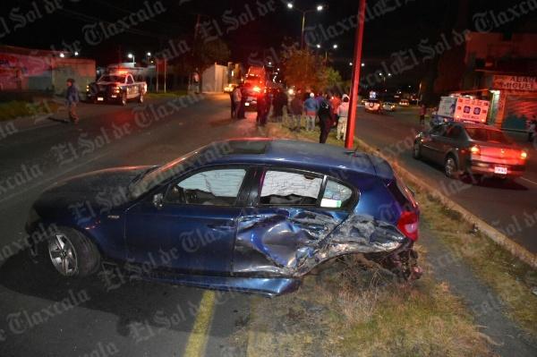 Destroza su BMW tras chocar con camioneta