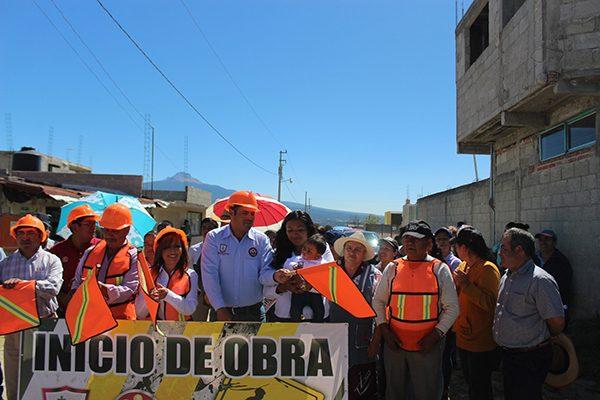 Alcalde de Santa Cruz Tlaxcala y Lorena Cuéllar inician pavimentación de calle
