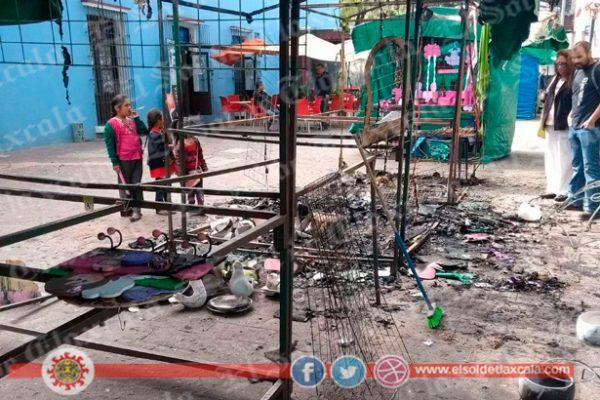 Vandalizan e incendian dos casetas en la Plaza Xicohténcatl