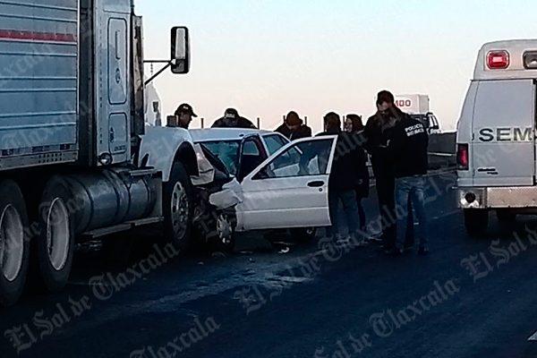 Automovilista fallece tras impactarse de frente contra un tráiler en Xaloztoc