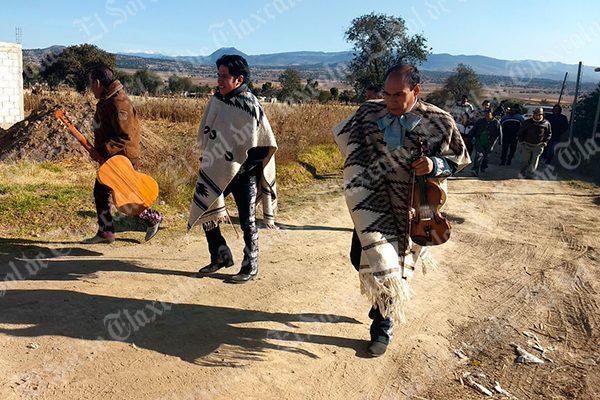 Peregrinan mariachis con Santa Cecilia en San Cosme Xaloztoc