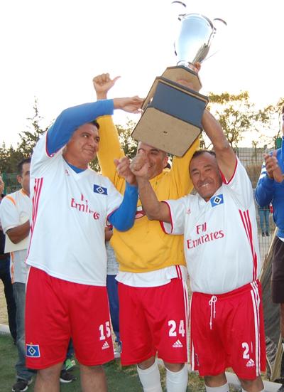 En lo alto el trofeo de campeones que premia el esfuerzo del Hamburgo en el futbol apizaquense. /Fabiola VÁZQUEZ