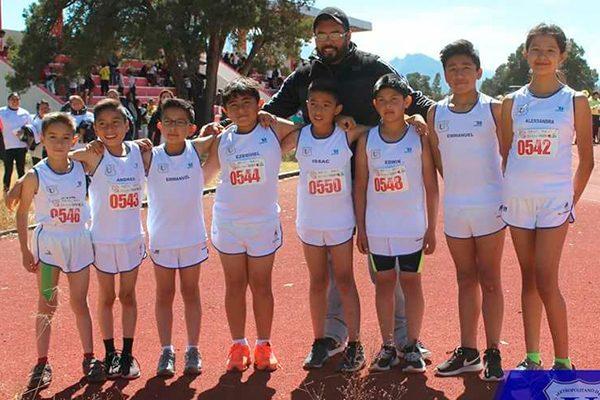 El club de atletismo de la Universidad Metropolitana de Tlaxcala, que dirige Fernando Sánchez Nava, estará presente en el festival atlético de El Sol de Tlaxcala. / EL SOL DE TLAXCALA