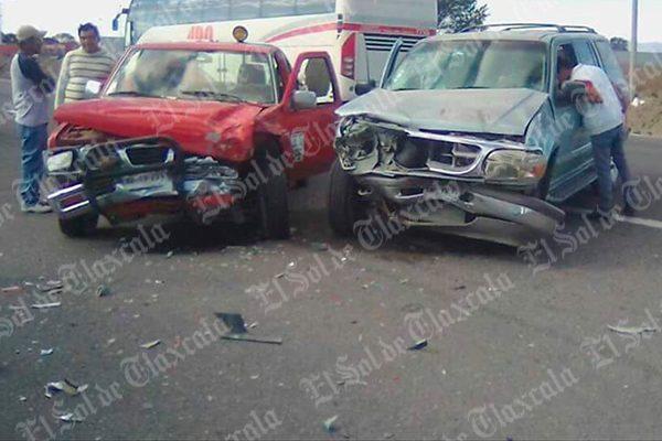Deja cinco personas lesionadas un choque entre tres vehículos en Cuapiaxtla