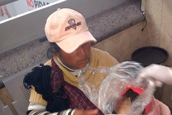 Por falta de recursos, madre intenta trasladar el cadáver de su hijo en autobús a Puebla