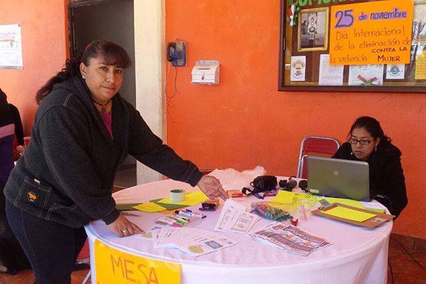Instala mesa de información el Instituto Municipal de la Mujer de Texoloc