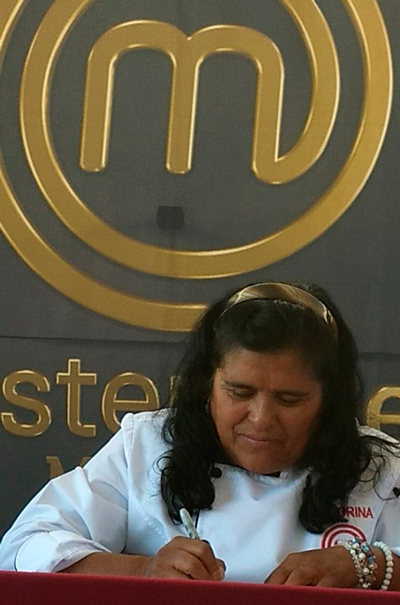 Momento en que Honorina participa en la firma de autógrafos en el Pueblo Mágico de Tlaxco. /Tomás BAÑOS