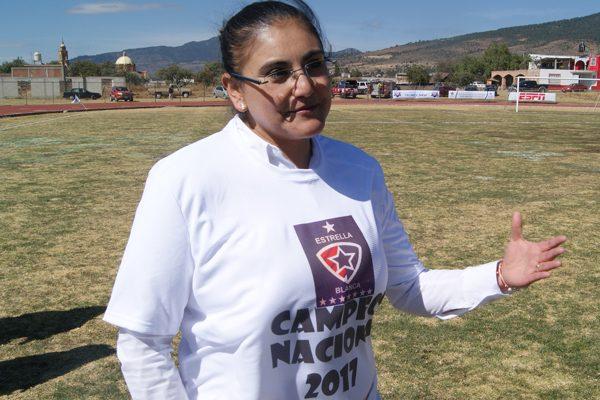 Gardenia Hernández Rodríguez, alcaldesa de Tlaxco, disfrutó la coronación de Estrella Blanca en la final nacional de la Copa Telmex Telcel. / Everardo NAVA