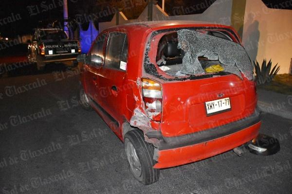 Motociclista choca contra parte trasera de un auto, en la autopista El Molinito-San Martín; hay tres lesionados