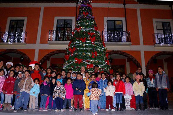 Enciende ayuntamiento Árbol de Navidad en la plaza principal de Texoloc