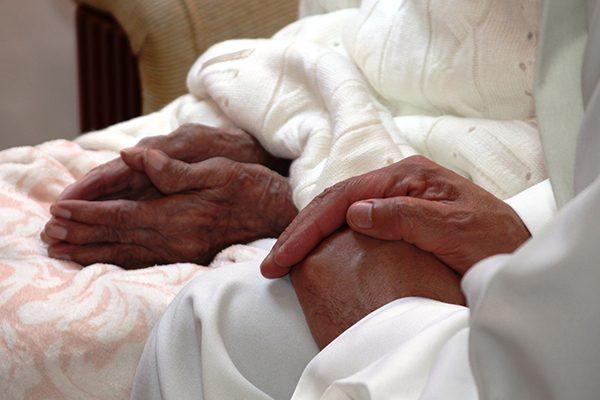 Pide Obispo a hijos velar por sus padres