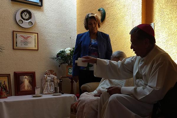 El obispo Julio César Saucedo Aquino oró con mujeres enfermas. /Tomás BAÑOS