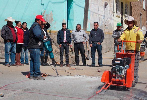 Adquiere comuna equipo para abaratar costos de obra en Nanacamilpa