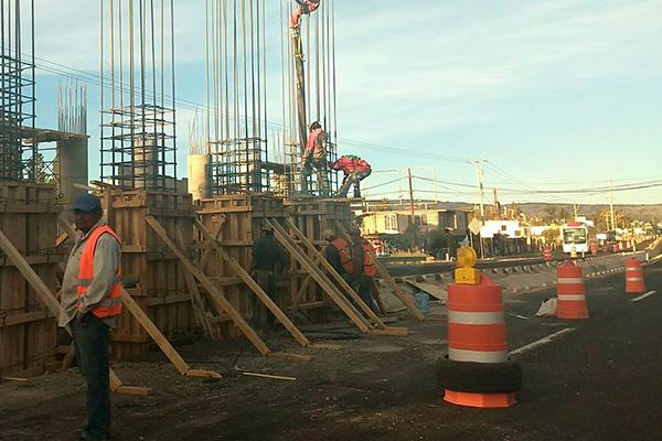 A poco más de un mes que comenzó la obra, ubicada frente a lo que fue Polifil, una docena de trabajadores construye columnas a fin de montar la estructura y losa hidráulica del nuevo puente. /Tomás BAÑOS