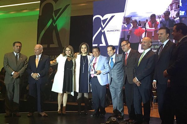Recibe alcalde de Teolocholco Premio Nacional al Buen Gobierno Municipal 2017
