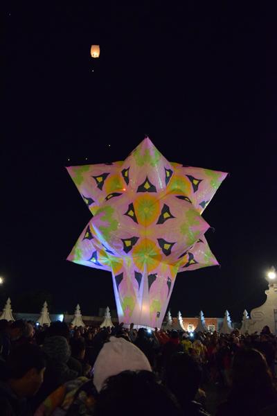Elaborados globos de Cantoya iluminaron el cielo de Panotla. /Ruth PADILLA