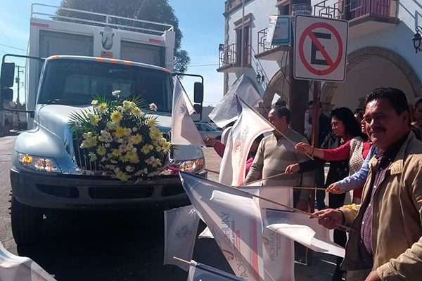 Entrega alcalde de Yauhquemehcan un compactador de basura
