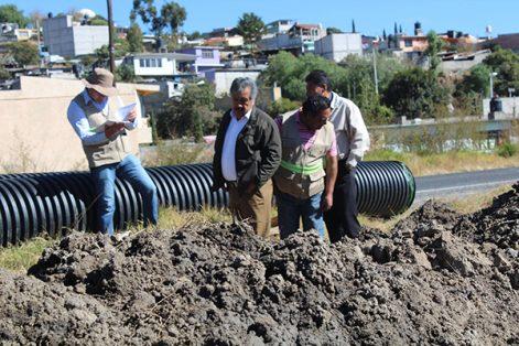 El alcalde de Ixtacuixtla supervisó avances de la obra del colector pluvial Xocoyucan-Ecatepec y Tecoac. /Ruth PADILLA
