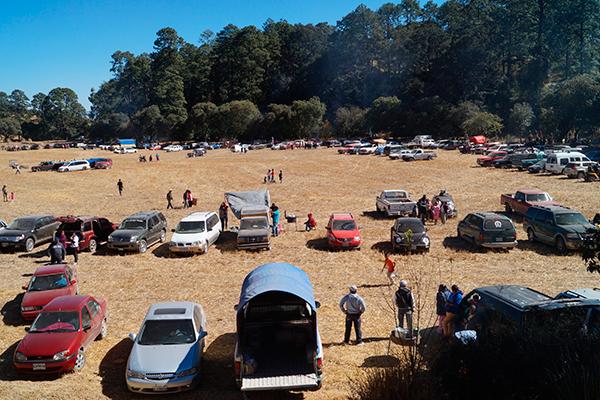 Cientos de personas que arriban a Tepuente, en Nanacamilpa, participan en el día de campo más grande que se organiza en la región norponiente de la entidad. / Manuel MORALES
