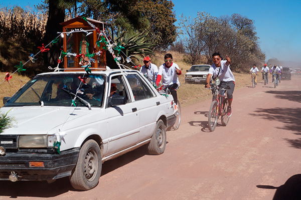Grupos de peregrinos recorren el camino de terracería para visitar la capilla de la Virgen de Guadalupe en Tepuente, municipio de Nanacamilpa. /Manuel MORALES