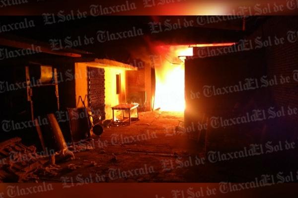 Incendio consume una fábrica en Xicohtzinco; es la segunda en lo que va del año