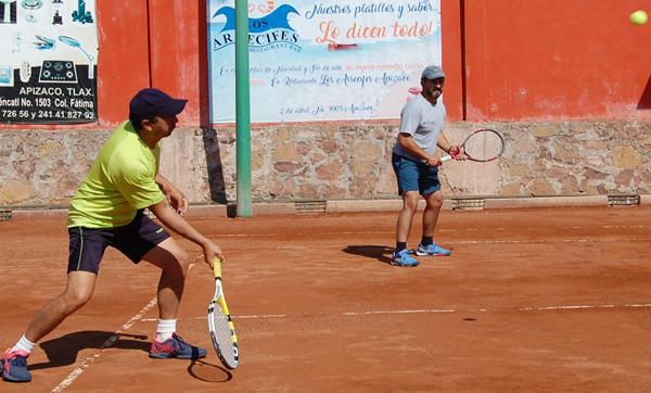 Entregan tenistas regalos a infantes