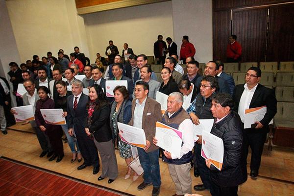 La secretaria de Gobierno, Anabel Alvarado Varela, entregó reconocimientos a comunas que participaron en el programa Agenda para el Desarrollo Municipal. /César RODRÍGUEZ