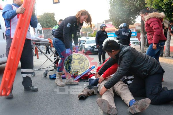 Sufre accidente cobrador a bordo de su motocicleta, en la capital