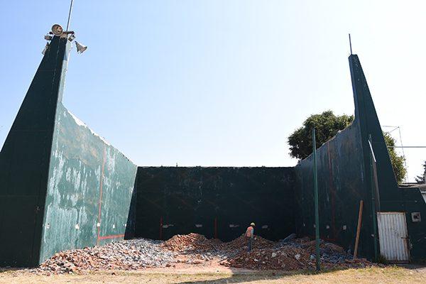 Terminan trabajos para recortar barda de frontón dañada por sismo