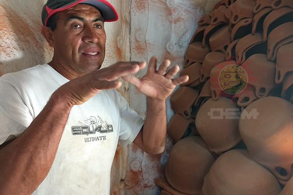 Cazuelas de barro de diferentes tamaños y precios son ofrecidas en Españita, Tzompantepec e Ixtacuixtla, / Tomás BAÑOS