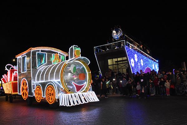 Al culminar el desfile el alcalde Julio César Hernández Mejía partió la tradicional rosca de reyes, misma que compartió con los presentes. /Jesús LIMA