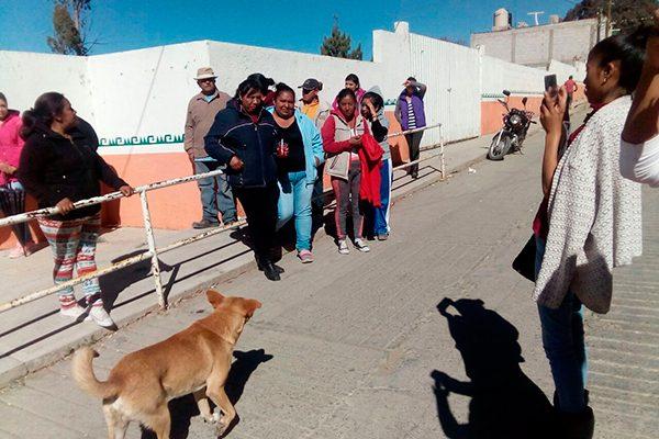 Exigen paterfamilias la salida de maestras en Atotonilco, Ixtacuixtla