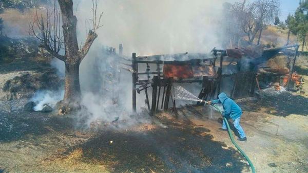 Sofoca Protección Civil de Tzompantepec incendio de corral de ganado