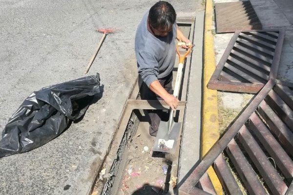 Rehabilita y sanea ayuntamiento de Tlaxcala rejillas y alcantarillas en vía pública