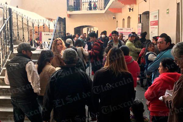 Saturan ciudadanos módulo del INE en Tlaxcala