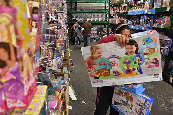 El Sol de Tlaxcala detectó que previo a la llegada de los Reyes Magos los costos de los juguetes se mantienen igual que en diciembre del año pasado, y que incluso hay tiendas departamentales que ofrecen descuentos. /Héctor LORENZO