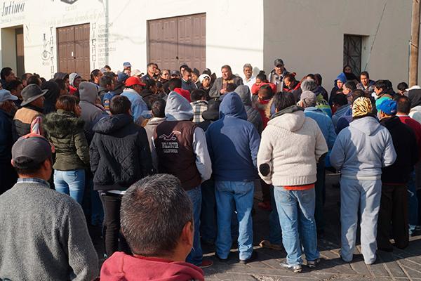 Líderes de cinco organizaciones exhortaron a los vendedores a no caer en actos de violencia con vecinos e instalar los puestos en lugares que ocupan desde hace más de 40 años en Calpulalpan. /Manuel MORALES
