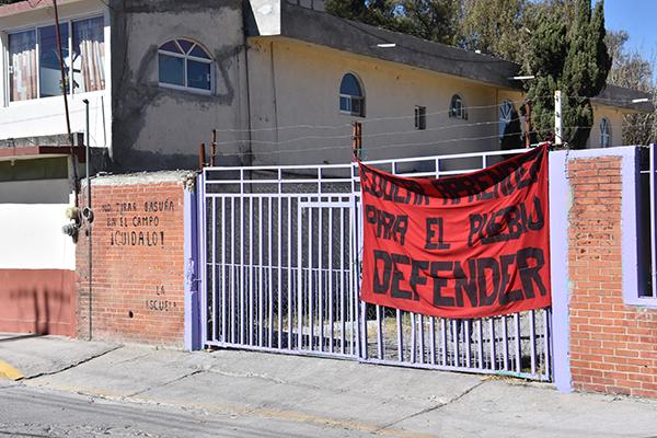 Alumnas de la Normal Rural Benito Juárez, de Panotla, exigen que su pliego petitorio sea atendido, por lo que, como medida de presión, cerraron las instalaciones de la institución educativa. / Héctor LORENZO